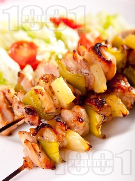 Пикантни пилешки шишчета от бут с ананас печени на грил - снимка на рецептата